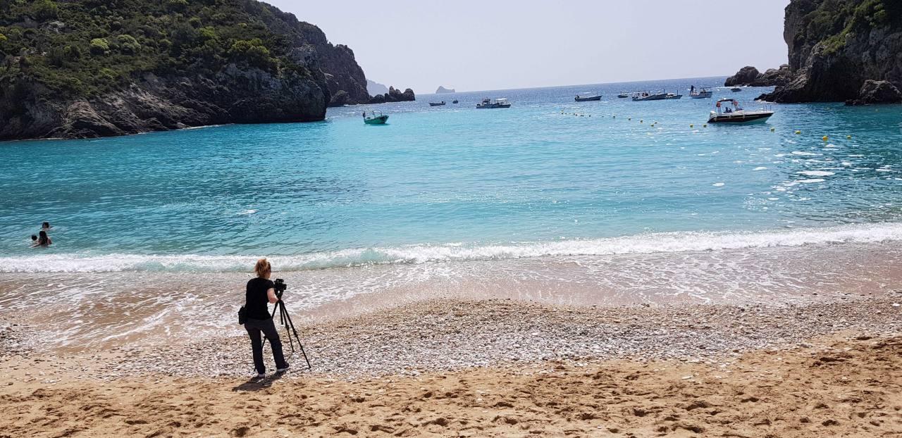 """Η κ. Rita De Francesco εστιάζει τον τηλεοπτικό """"φακό"""" στην παραλία """"Αγιος Σπυρίδωνας"""" στην Παλαιοκαστρίτσα."""