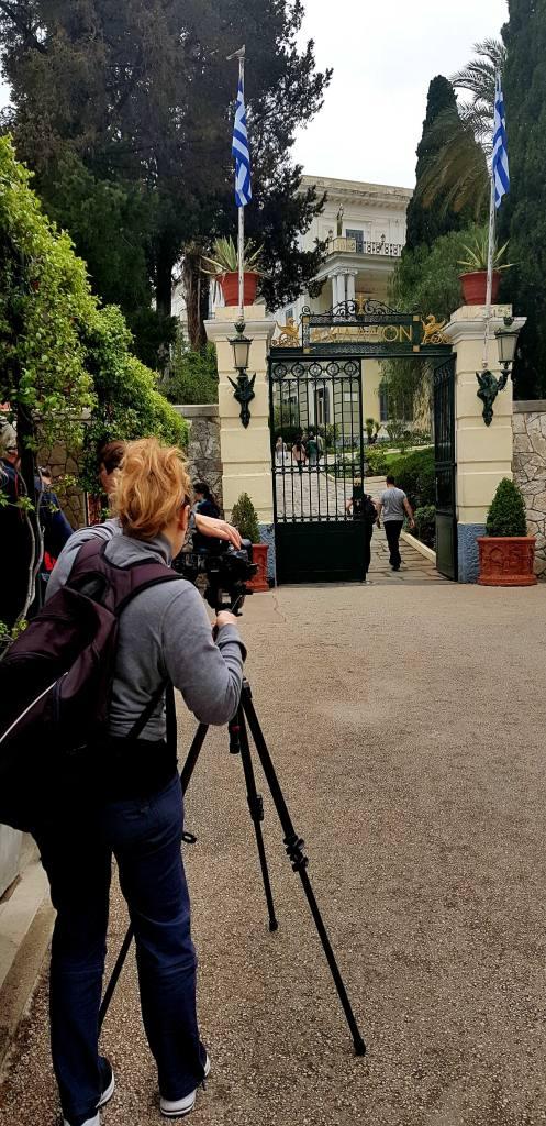 """Η κ. Rita De Francesco στην είσοδο του Μουσείου """"Αχίλλειον"""""""